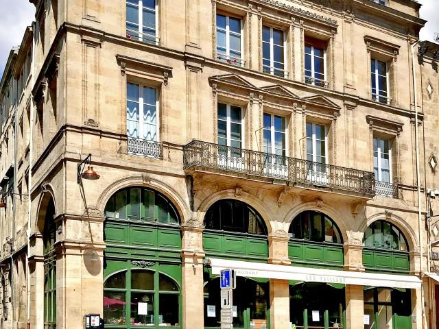 LES VAILLANT Le Restaurant et la Place Saint Pierre