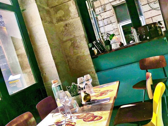 LES VAILLANT RdC Salle 2 - De belles tables ensoleillées